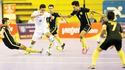 大马球员尝试围堵泰国选手前进。