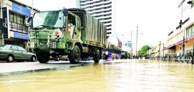 救灾行动已启动,军方出动军车救灾。