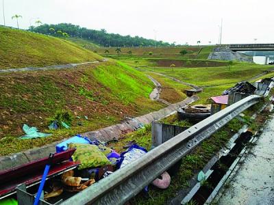 长巴的碎片及乘客的物品散落在事发的斜坡,现场一片凌乱。