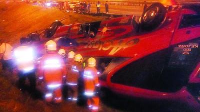 消防员救出受困的乘客。