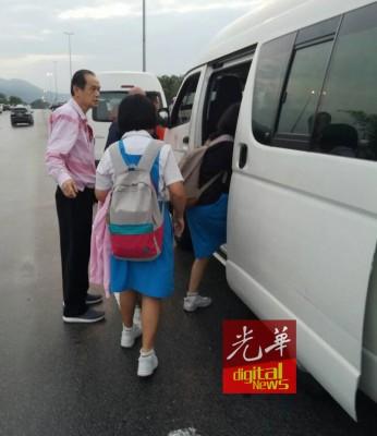 董家教成员赴灾区载送学生赴考。