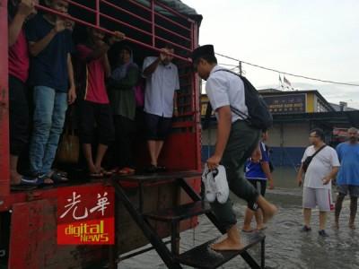 学生乘搭罗里赶赴考场。