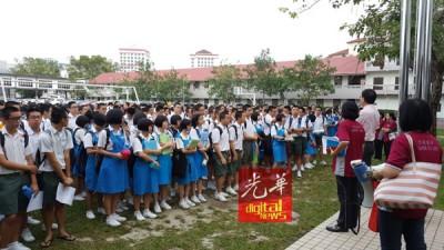 日新国中考生一早到日新独中集合。