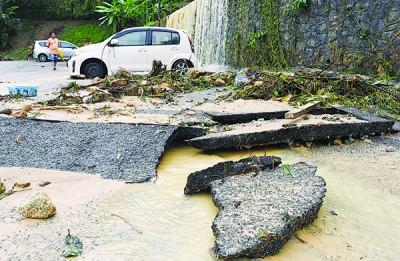 龙沙花园5层楼组屋首次面对如此大型的灾害,地面产生龟裂的情况。
