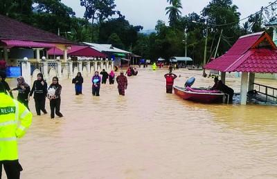 玲珑甘榜山必丹闪电水灾,造成154名居民和大学生受困,庆幸全部成功被带到安全区。