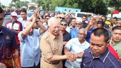 首相抵槟慰问灾民,受到热烈欢迎。