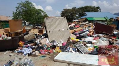 居民将损坏的家居用品和垃圾丢到南美园巴刹后方停车场,情况骇人。
