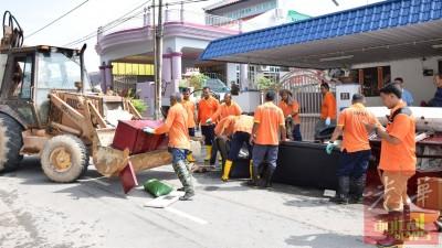 市政局工友一早就到南美园灾区收拾残局。