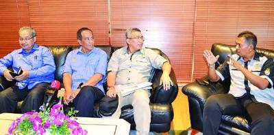 阿都布哈(左2)在行政议员沙鲁查曼耶也(右2)、怡保市长占比里曼(右1)及霹州财政司加沙里的陪同下召开新闻发布会。