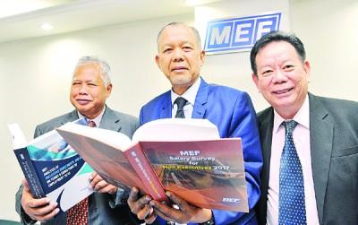 三苏丁(左起),阿兹曼与副主席詹道伟公布手上的《2017年执行人员及非执行人员薪资调查报告》。