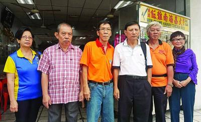 左起冯秋燕、谢是芳、林日丹、陈升林、陈行起和林秋仪,呼吁公众踊跃支持义卖,一起为槟城灾民送暖。