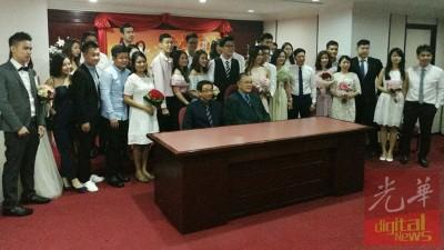 18对新人1111聚集华堂,在(前排右起)杨集东及黄明毅的见证下,签署婚姻盟约。