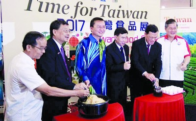 嘉宾们以捞面和泡茶作为开幕仪式。左起为林家财,林永昌,郑修强,江洺辉,章计平及郑金财。