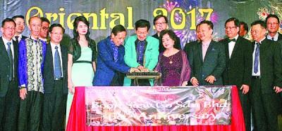 黄临江(左6起)与妻子拿汀骆燕与众嘉宾一同进行切蛋糕仪式。