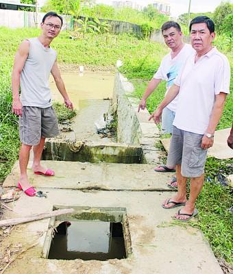 孙振兴(左1)代表比南利居民发言,表示该ca531亚洲城唯一官方网站沟壁是导致水不流通的原因。
