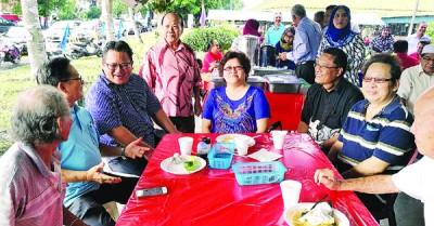 诺查兹兰(左3)与居民共进早餐时,与居民们交谈甚欢。