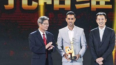 扎哈维(中)获得最佳球员(MVP)和射脚王两大奖项。