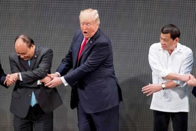 特朗普(蒙)不能握着迪泰特(右)的手。(法新社照片)