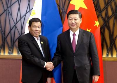 恪守泰特(左)依靠习近平(右)不知不觉透过军事手段解决南海争议。