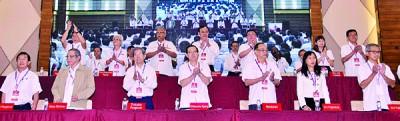 代表大会台上的坐席排位是以2008年的中委会为准,前排左起为陈国伟、林吉祥、陈胜尧、林冠英、方贵伦、郭素沁、潘俭伟。