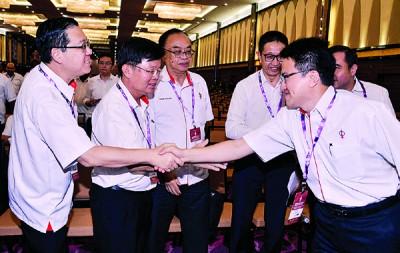 行动党重选成绩出炉后,林冠英(左)与刘镇东相互道贺。