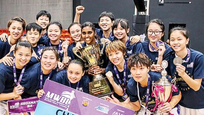以往加末篮协领奖时全队兴奋庆祝夺冠。