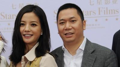 赵薇夫妻因涉空壳交易被罚禁入股市5年,黄有龙打算要求举行听证会。