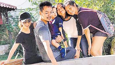 徐若瑄(左起)和李云峰育有儿子Dalton,对继女Clara、Elisha视如己出。