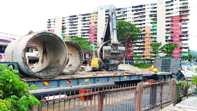 原摆放在路边的特别水管,每当漏夜移走。