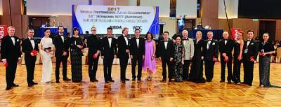 林冠英颁发纪念品予评判员。
