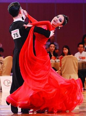 柔美舞姿及到位的表情,以及飘逸的衣裳,非常养眼。
