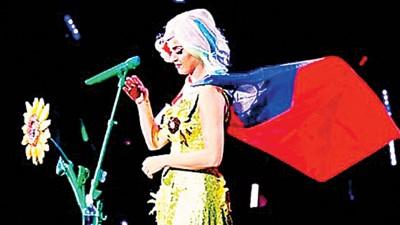 凯蒂佩芮因前年在台开唱穿太阳花装,被认为带政治意涵遭中国封杀。