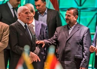 法塔赫代表(左)同哈马斯代表(右)上月于埃及缔结和议。
