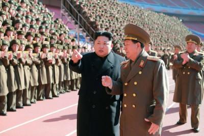 直面国际社会的掣肘及压力,金正恩(左)执发展核武。(法新社照片)