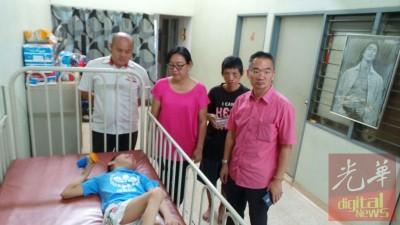 邱培栋(右)望张美玲(左2)和家属,右2凡是张美凤,左为王锦涌。