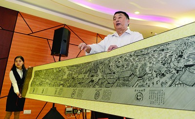 陈云华当论坛上显示用竹子编制而变成的《清明上河图》,受人叹为观止。
