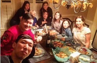 周琦(左下)与朋友们享用感恩节大餐。