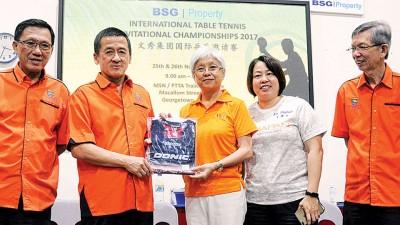 程铁诚(左2)赠送纪念品给章瑛,(左起)洪永泰、倪月尧和陈庆丰陪同。