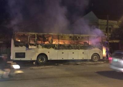 旅游巴士严重焚毁,幸未有造成任何伤亡。