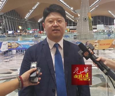 新任中国驻马大使白天在抵马后向媒体发表谈话。