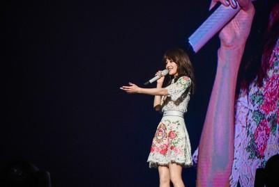 身型娇小的张韶涵,歌声却爆发力十足,一站上舞台唱歌,立即掳获全场歌迷的心。(图片取自chenchen陈薇微博)