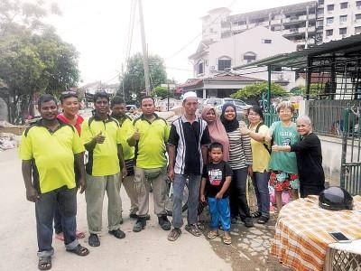 李瑞清(右3)与部分受惠灾民,一起给沙诺(右6)一个赞并感谢他。