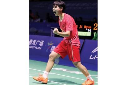 华夏19东小将吉淑婷握拳庆祝胜利。