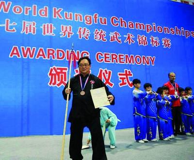 方万春展示其世界传统武术锦标赛奖牌及奖状。