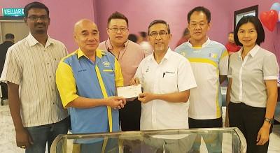 杨贞峇移交5000令吉支票给拉昔,库玛勒森、杨国成、刘国和及颜艾菱陪同。