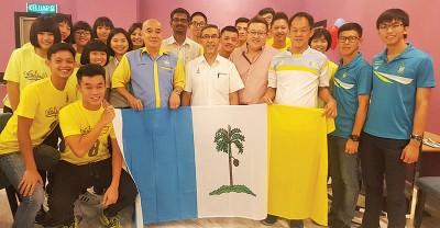 拉昔移交州旗给槟城U16男女队。