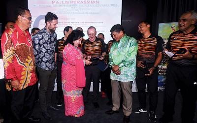罗斯玛(左3)与阿都阿晋(右3)与部分国家队教练在开幕礼上互动交流。
