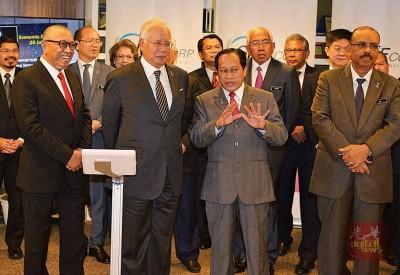 纳吉(左2)也中小型企业中央奖掖系统(SCENIC)主办推介。左起为阿尔阿敏、阿末玛是兰及哈芙莎。