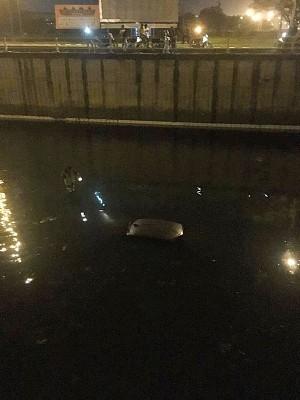 周二凌晨诗布朗再也通往北海地下通道,发现一辆车浸泡水中。(照片取自Penang Kini脸书)