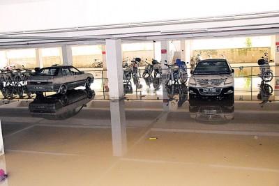 事隔4天后,底层停车场的积水终于退下。